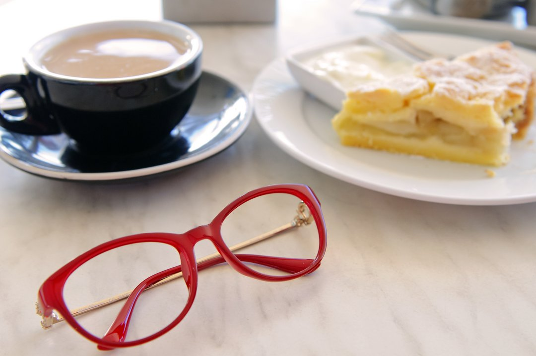 Fischer eyecare be social - glasses in a cafe